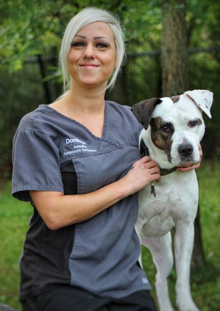 Technicien en santé animale avec un chien
